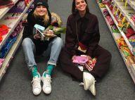 Sasha se diverte com Marquezine em chão de supermercado: 'Duas crianças'. Fotos!