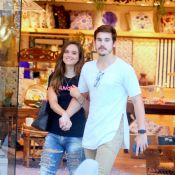 Juliana Paiva escolhe destroyed jeans para passeio com Nicolas Prattes. Fotos!