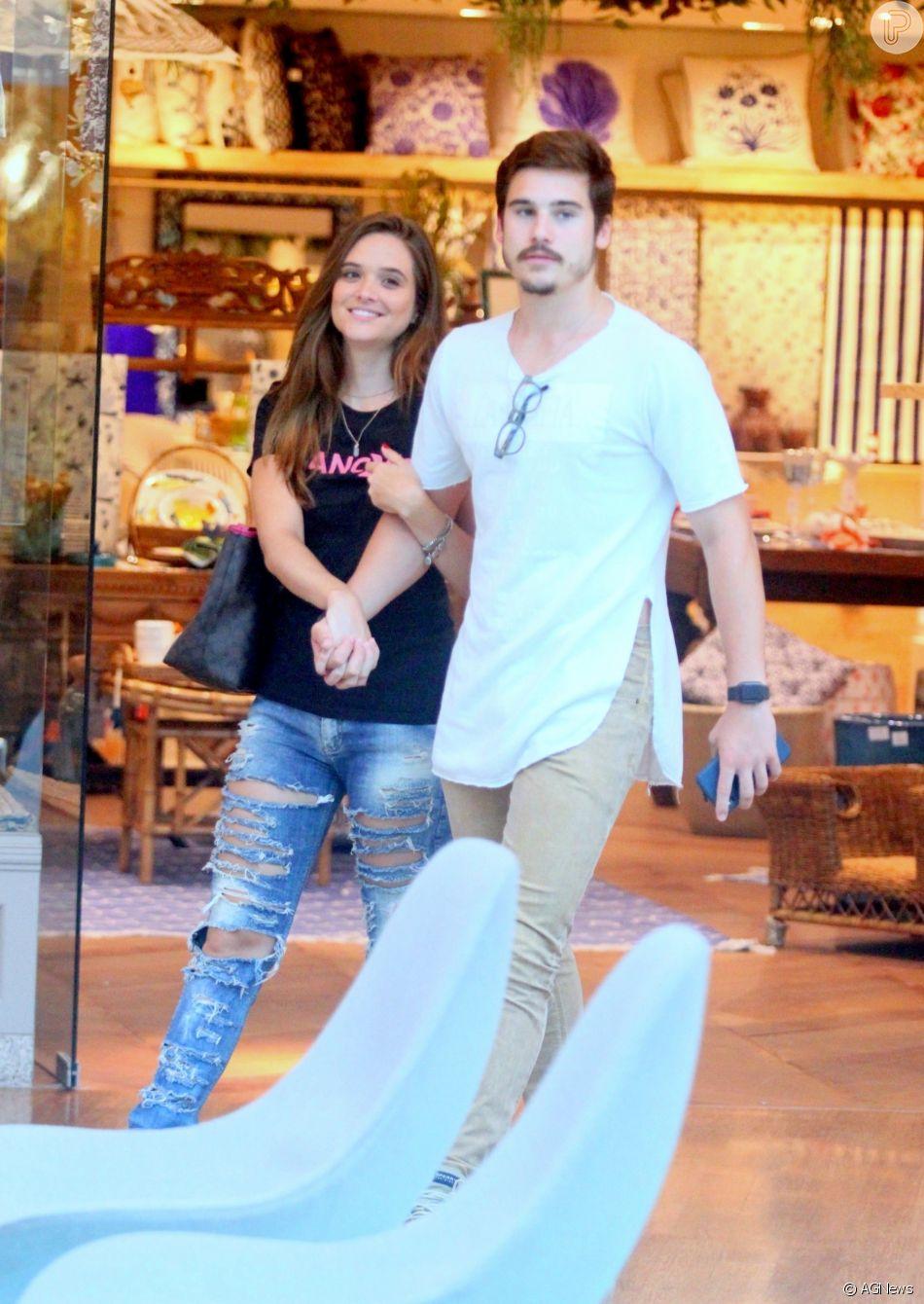 Juliana Paiva e o namorado, Nicolas Prattes, curtem passeio pelo Village Mall, na Barra da Tijuca, zona oeste do Rio de Janeiro, neste sábado, 23 de fevereiro de 2019