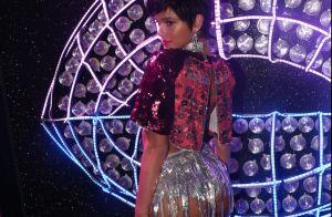 Com cabelo joãozinho, Marquezine usa hot pant metalizada e top em Carnaval no RJ