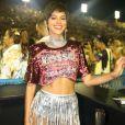 Bruna Marquezine elegeu hot pant com franjas metalizadas para compôr o look
