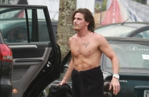Romulo Neto, ator de 'Império', exibe corpo malhado em dia de surfe no RJ