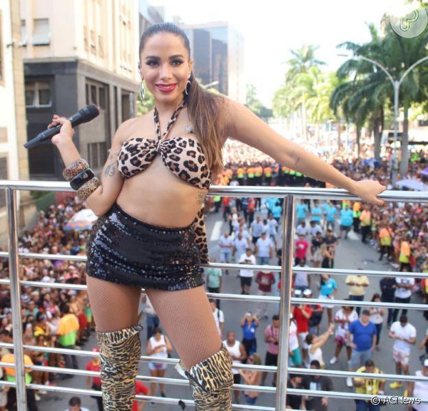 Ainda é Carnaval! Anitta, vestida de Bebel, prostituta interpretada por Camila Pitanga na novela 'Paraíso Tropical', puxa o Bloco das Poderosas, no Rio de Janeiro, em 9 de março de 2019