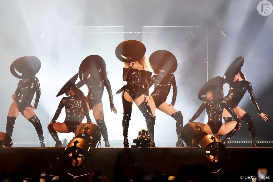 Beyoncé e suas dançarinas com look em vinil para apresentação