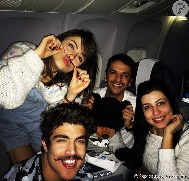 Caio Castro e Maria Casadevall embarcam para o Japão ao lado de amigos, nesta quinta-feira, 2 de outubro de 2014