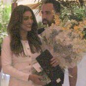 Juliana Paes beija marido, ganha flores e recebe famosos em festa de 40 anos
