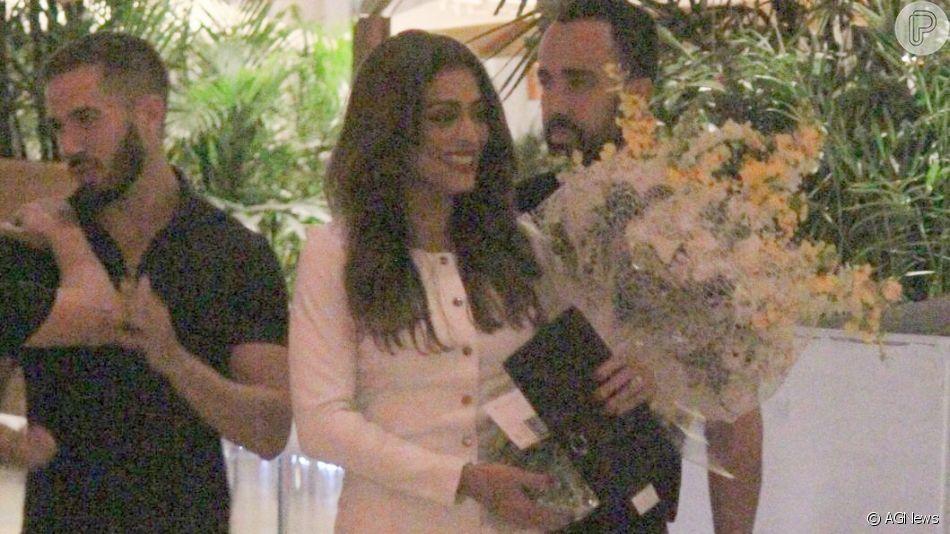 Juliana Paes é recebida com buquê de flores amarelas em festa de 40 anos