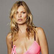 Kate Moss posa com laço da campanha contra câncer de mama em foto de lingerie