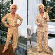 Ana Maria Braga mostra seu estilo ao apresentador seu programa com o pijama mood.