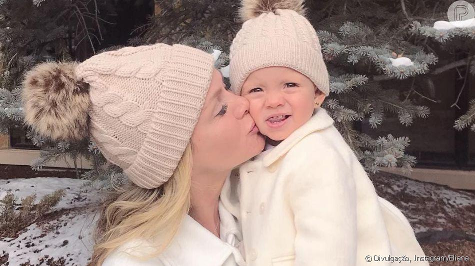 Eliana filma a filha, Manuela, a reconhecendo na televisão, em 7 de abril de 2018
