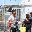 Carmo Dalla Vechia, de 'Império', mostra boa forma em passeia na orla em Ipanema, na Zona Sul do Rio de Janeiro