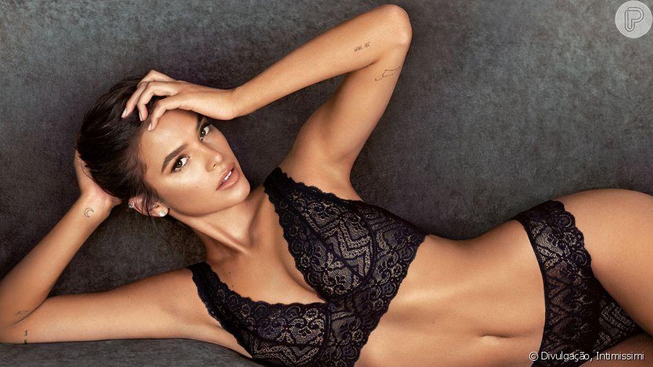 De lingerie, Bruna Marquezine exibiu o corpo torneado em vídeo e foi elogiada por fãs na web