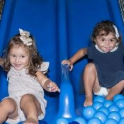Filha de Yanna Lavigne se diverte em piscina de bolinhas em aniversário do primo