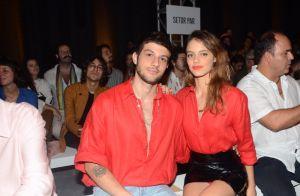 De vermelho! Laura Neiva combina look com o marido Chay Suede para desfile