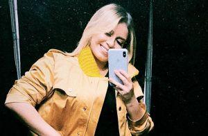 Jaqueta utilitária, calça xadrez e bota de vinil: o look de Marilia Mendonça