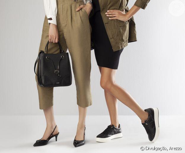 78e961ac7 A bolsa tiracolo em couro preto e shape saco garante um toque urbano ao look .