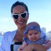 Girlie baby! Estilosa, filha de Sabrina Sato encanta web em dia na piscina