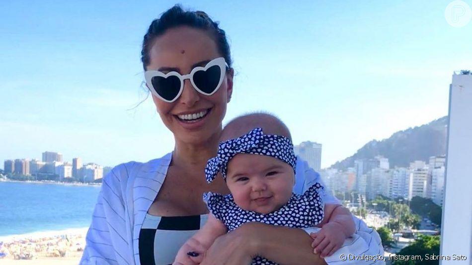 Filha de Sabrina Sato, Zoe usa look girlie para curtir domingo em família
