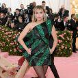 Miley Cyrus bem que tentou, mas seu vestido geométrico Yves Saint Laurent não estava extravagante o suficiente para o baile do MET, que esse ano tinha a opulência como tema