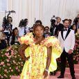Serena Williams mostra que dá para combinar um vestido dramático com tênis em um baile de gala