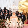 Katy Perry incorporou um candelabro com velas acesas e tudo para o baile do MET 2019. Essa levou o exagero ao pé da letra