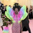 Lupita Nyong'o foi completamente extravagante em um vestido com mangas estruuradas cheia de babados e colorida. A saia do vestido foi toda handmade com estrelas brilhantes. Uma verdadeira visão dentro do tema
