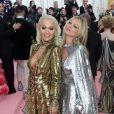 Dupla metalizada: Rita Ora de dourado e Katie Moss de prata com direito a capa. Um luxo!