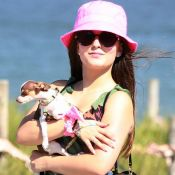 Larissa Manoela curte praia com os pais e o cachorro no Rio de Janeiro. Fotos!