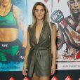 Isabella Santoni escolheu para evento macaquinho de couro com decote revelador