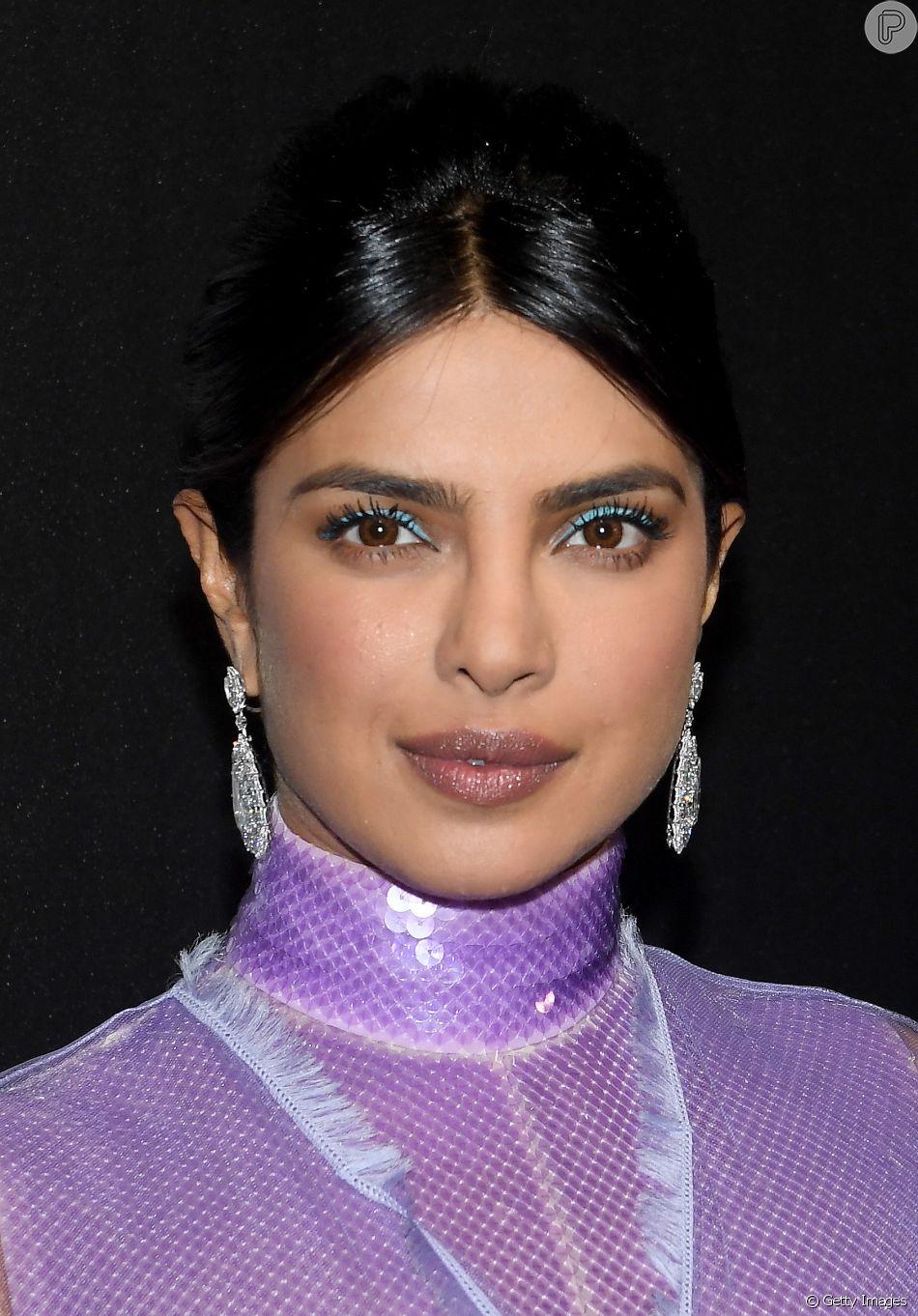 Maquiagem das famosas: Priyanka Chopa apostou no tom de turquesa para o delineado nos olhos. Um toque de cor e muita diferença