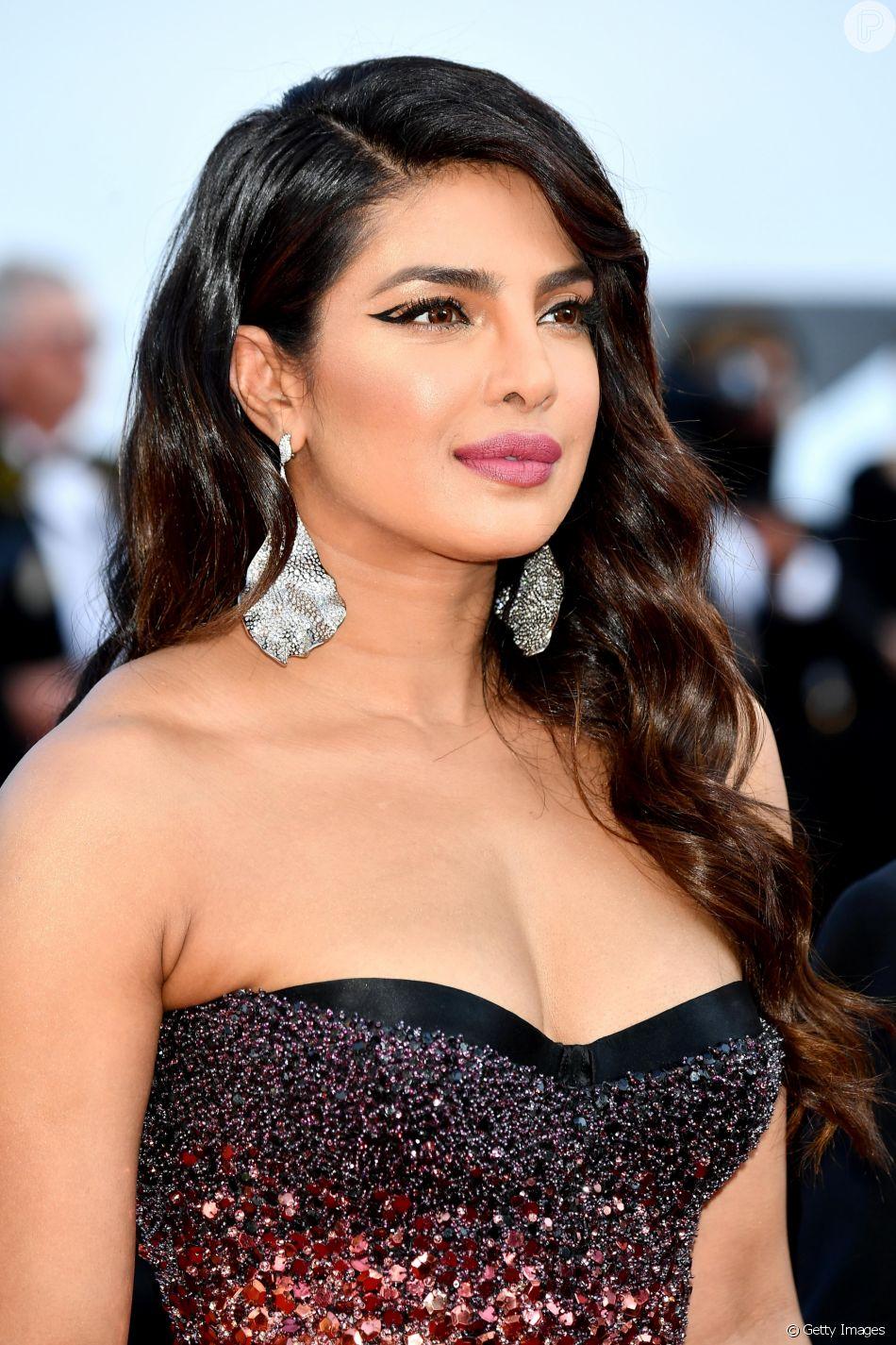 Maquiagem das famosas: o delineado gráfico e vazado de Priyanka Chopra vale a pena ser copiado por todas as mulheres. Olha quanta diferença!