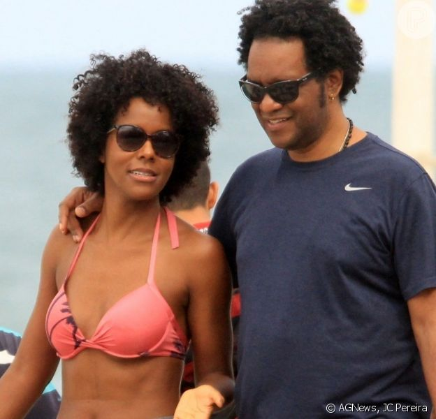 Maju Coutinho curtiu o domingo, 26 de maio de 2019, na praia ao lado do marido