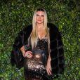 Mirella Santos apostou em vestido longo repleto de paetês e casaco de veludo