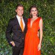 Camila Queiroz chama atenção ao combinar look com gravata de Klebber Toledo em evento
