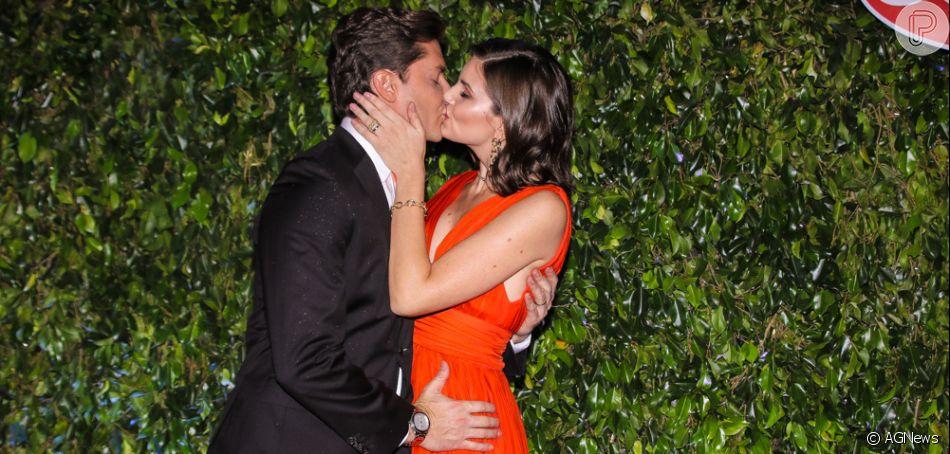 Camila Queiroz beija o marido, Klebber Toledo, em lançamento de nova campanha publicitária da empresa Seara, no buffet Casa Fasano, em São Paulo, na noite desta quinta-feira, 06 de junho de 2019