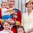 Louis, filho de Kate Middleton e do príncipe William esbanjou fofura ao lado dos irmãos em seu primeiro evento oficial