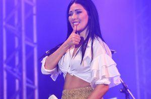 Pulseiras de brilhantes e macacão glamouroso: o look de Simaria em show