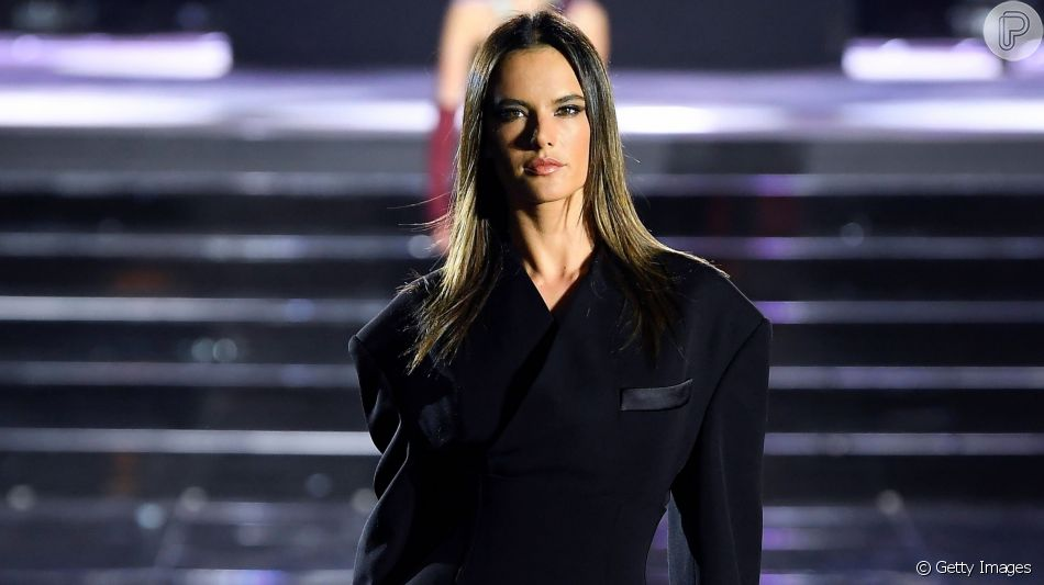 Vestido preto: Alessandra Ambrosio participou do desfile da multimarcas italiana Luisa Via Roma