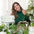 Camilla Camargo escolheu look verde para o chá de bebê de Joaquim