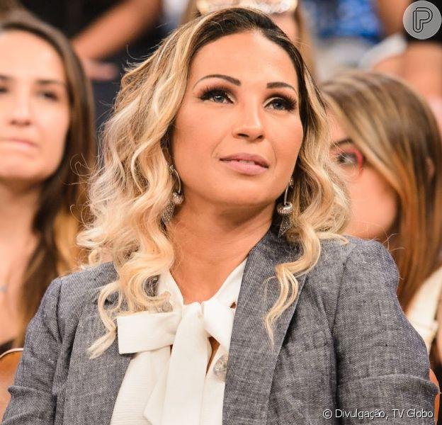 Valesca Popozuda avalia dança de fã e premia mulher em show