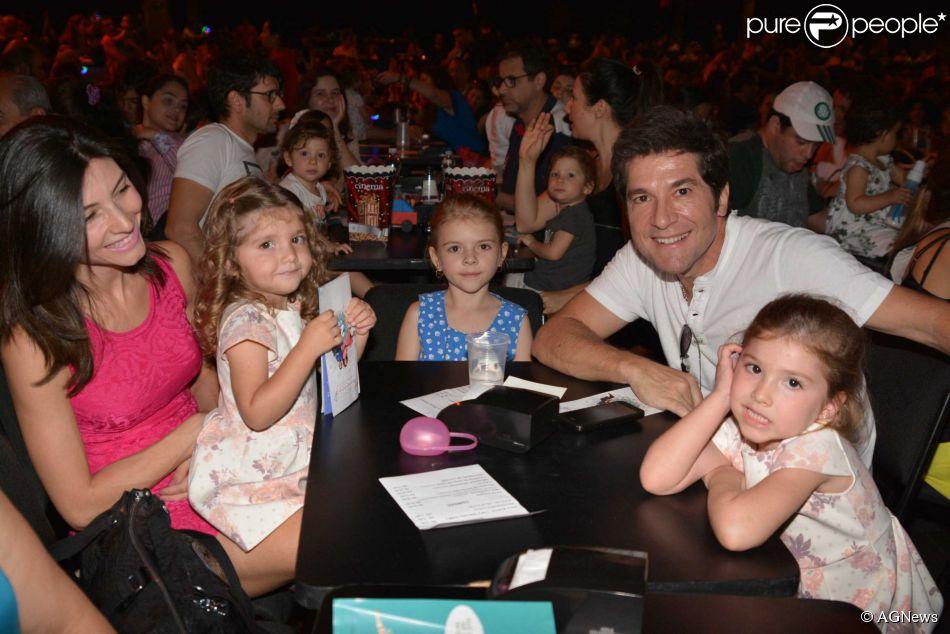 Daniel, a esposa, as filhas e uma amiga delas assistiram ao show do grupo 6b80da57d5