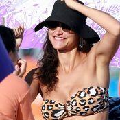 Débora Nascimento elege biquíni com trend animal print para curtir praia. Fotos!