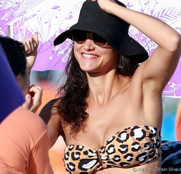 Débora Nascimento curtiu a praia da Barra da Tijuca, no Rio, neste domingo, 23 de junho de 2019
