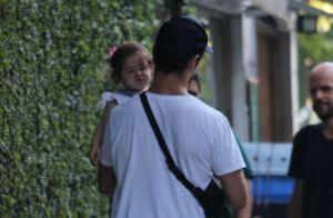 Momento pai e filha: José Loreto vai às compras com Bella no colo. Fotos!
