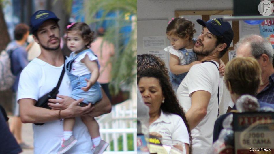 Momento pai e filha: José Loreto vai às compras com Bella no colo nesta quarta-feira, dia 26 de junho de 2019