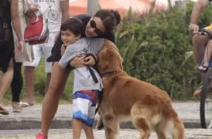 Juliana Knust, grávida, abraça filho e ganha beijo do marido em passeio na praia