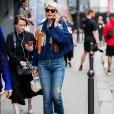 As calças jeans que valem seu investimento na liquidação: apesar de atemporal, a calça reta rende looks cheios de informação de moda