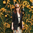 Julianne Moore complementou o vestido floral com blazer preto e arrasou