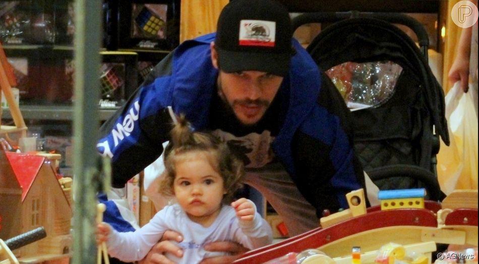 José Loreto aproveita férias na companhia da filha, Bella