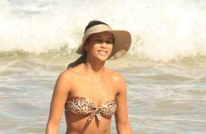 Taís Araujo elege biquíni hot pants com estampa de onça para levar filha à praia